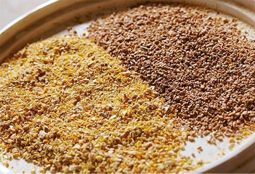 Naast volledige legpluimveevoeders leveren wij ook aanvullende voeders voor leghennen