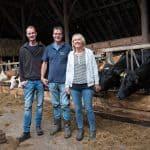 Familie Van der Broek in de stal van hun melkveehouderij in Luddeweer